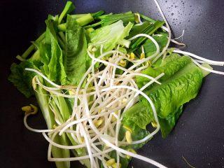 川香水煮鱼,放入四种配菜炒断生盛出。