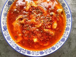川香水煮鱼,将油泼在辣椒面和花椒上,听见滋滋的声音。