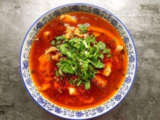 川香水煮鱼,摆上香菜小葱就做好了。