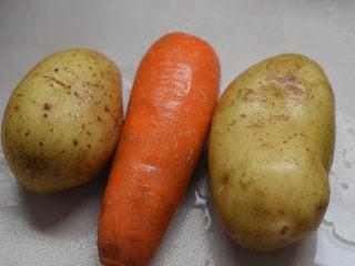 蒜蓉胡萝卜土豆丝,很好吃的素菜,准备胡萝卜和土豆。