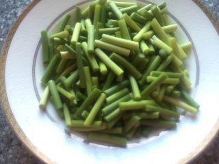 肉片炒蒜苔,切好的蒜台装盘备用。