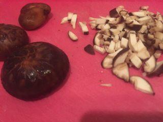 猪肉虾仁小笼包,香菇洗干净切粒。