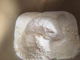奶香肉松火腿小面包,倒入牛奶
