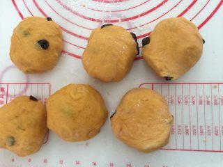 奶香南瓜葡萄干小吐司,平均分成6等份