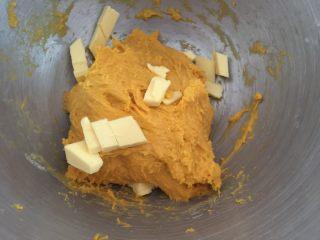 奶香南瓜葡萄干小吐司,加入黄油,和面5分钟
