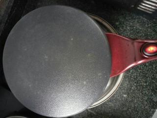 牛肉卷饼,电烙铛加热,手放在离电烙铛20cm高的位置感觉到有热度就关电