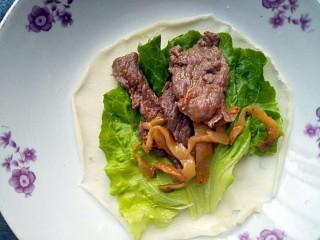 牛肉卷饼,加入适量牛肉榨菜