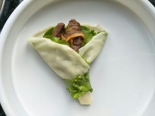 牛肉卷饼,底部围上生菜条做装饰。