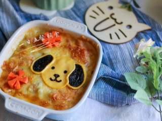 小狗烤鲜蔬焗土豆泥 宝宝辅食,牛奶+玉米+毛豆+番茄+马苏里拉奶酪, 拿出来,放上之前做的小狗,随手切了2朵胡萝卜花~