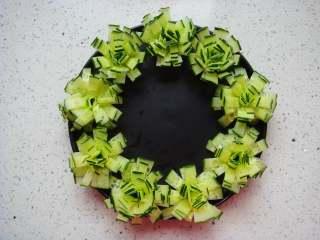 黄瓜花朵拼盘,依次摆放在盘中。