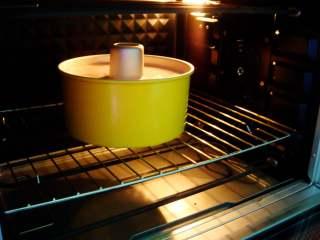 红枣紫薯戚风蛋糕,烤箱提前预热好:放入中下层,上145度,下140度,烤60分钟。