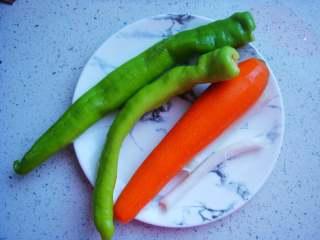 青椒炒肉丁,青椒、胡萝卜、葱清洗干净备用。
