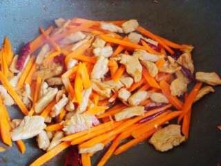 青椒炒肉丁,加入生抽继续翻炒上色后倒入胡萝卜。
