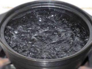 特效补血  花生红枣小米粥 ,锅内加水,➕月子酒100g。月子酒是糯米酿的米酒。淘宝可以买到。全部食材放入锅内。大火煮沸,小火40分钟。