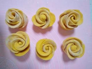 吃掉一朵花的美食+花样馒头,取一小段用擀面杖擀薄像饺子皮大小,再依次排好,每张皮都要与前一张皮重叠1-2公分,每朵花5-6张皮最好,再取一小面团搓成长条当花芯放在第一张皮上面,再从头开始卷起来,卷好后再从中间切断,一朵花就做好了,依次做好后面的花朵。