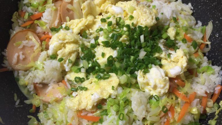 玉米肠蛋炒饭,最后加入鸡蛋,葱花炒匀即可。