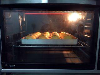 蛋黄酥,放入预热好的烤箱,上火120度,下火150度,中层20-25分钟