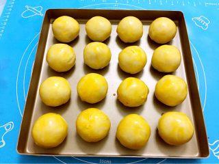 蛋黄酥,表面刷鸡蛋黄