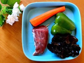 鱼香肉丝,胡萝卜去皮洗净,青椒,木耳洗净备用