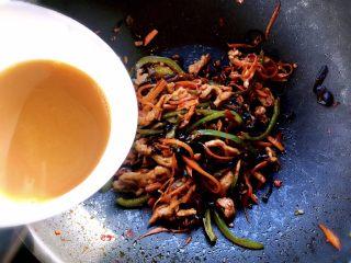 鱼香肉丝,最后一步倒入兑好的鱼汁倒进锅里