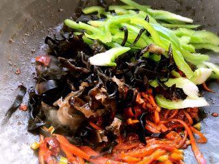 鱼香肉丝,把其他配料下锅一起炒熟!