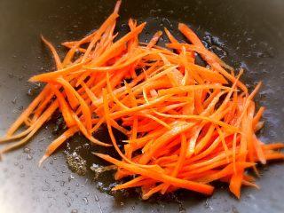 鱼香肉丝,原锅放少许油,胡萝卜不太容易就要先炒两下