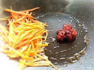 鱼香肉丝,再扒到一边,入豆瓣酱炒香出红油!