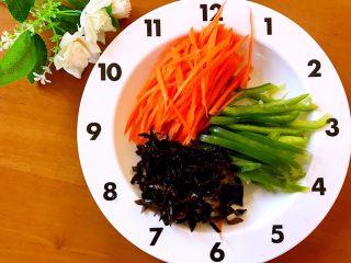 鱼香肉丝,腌肉的时间把胡萝卜,木耳切丝,青椒洗净去蒂切丝