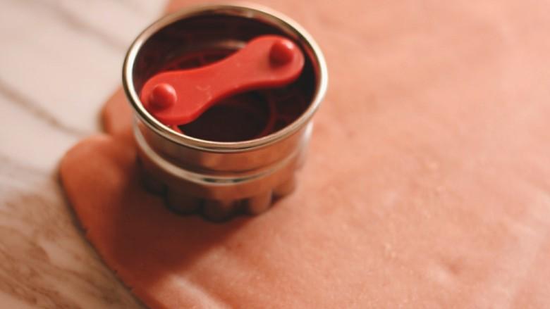 """草莓酱夹""""心""""饼干,烤箱预热170度。 用大的饼干模具压模,切出饼干形状。 我切了12块。"""