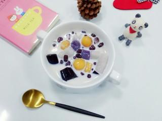 牛奶芋圆,吃的时候加入蜜豆,龟苓膏,芋圆,放入牛奶即可,很赞哦
