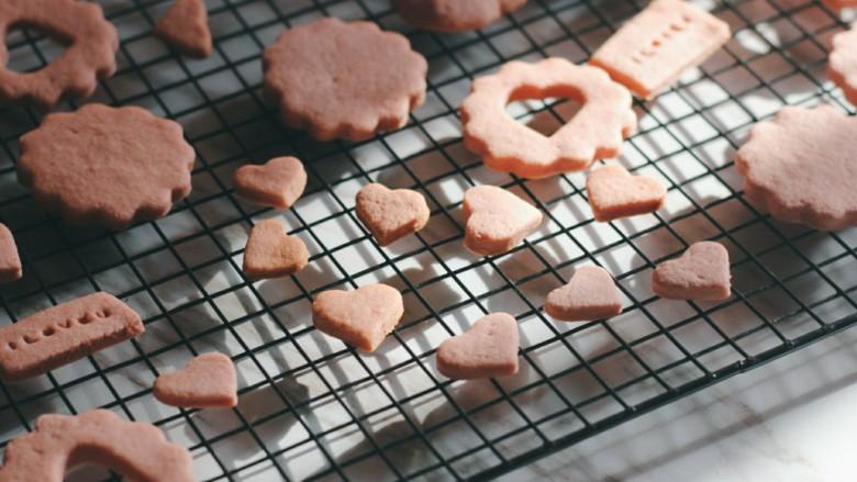 """草莓酱夹""""心""""饼干,烘烤完成后将饼干放在冷却架上冷却。"""