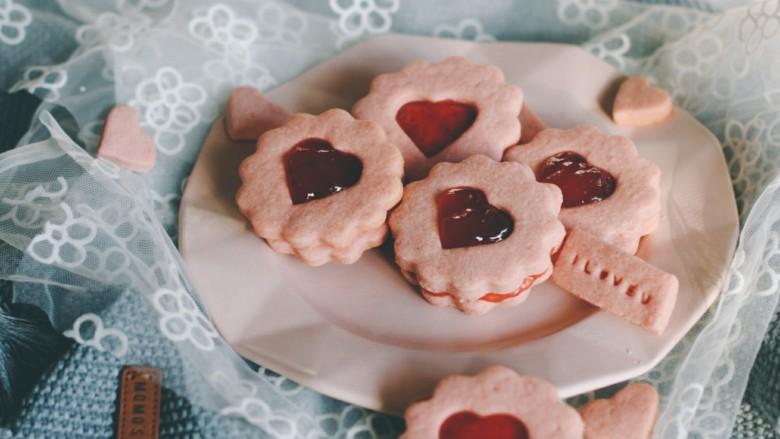 """草莓酱夹""""心""""饼干,尝一口甜蜜蜜爱情的味道~"""