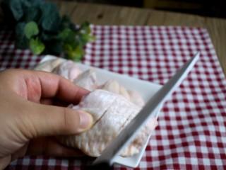 可乐鸡翅,将鸡翅划两刀,方便入味