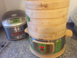 猪肉虾仁小笼包,凉水入锅放20分钟开火蒸20关火。