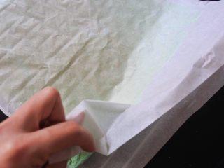 ⭐蓝天白云咸奶油蛋糕卷⭐,撕掉面上那层。因为我要做的是毛巾面,所以撕这层硅油纸的时候会粘有一部分蛋糕面,这样并不会有影响。然后蛋糕放旁边晾凉待用。