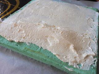 ⭐蓝天白云咸奶油蛋糕卷⭐,将奶油抹在蛋糕面上,靠近自己的那一边抹成小山丘的形状,如图。