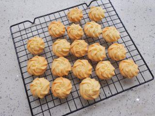 ⭐原味黄油曲奇饼干⭐,出炉以后转至烤架上晾凉。