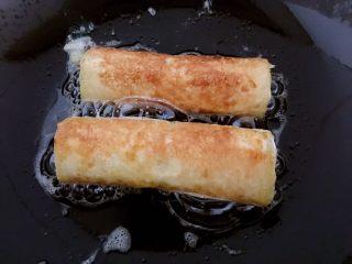 懒人料理-香蕉派,4面煎至金黄即可,夹起来。