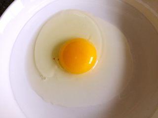 懒人料理-香蕉派,鸡蛋打入碗中打散备用。