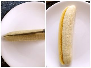 懒人料理-香蕉派,香蕉剥皮,对半切开备用。