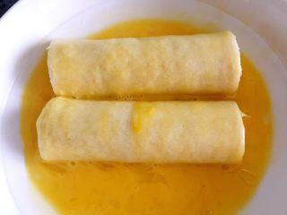 懒人料理-香蕉派,放入鸡蛋液中,滚一圈粘上鸡蛋液。