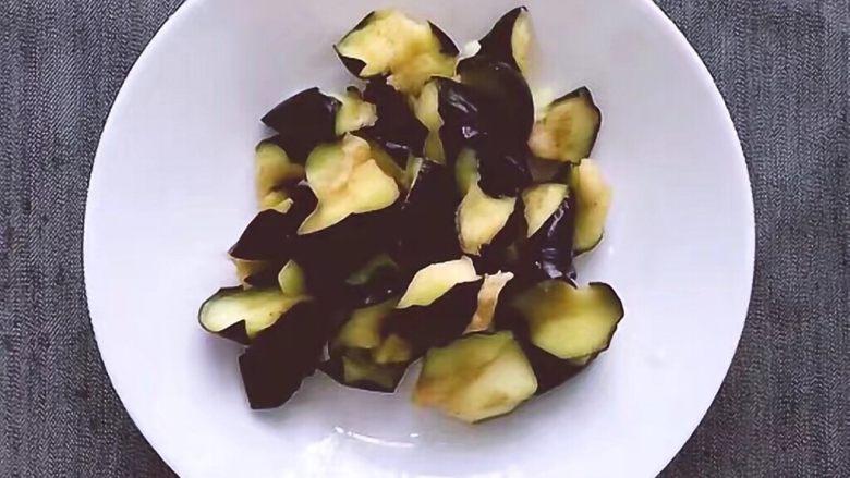 红烧茄子,炸至茄子由硬变软时取出,将油沥干待用。