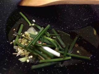 红烧茄子,将锅里放油烧热,生姜,大蒜葱段爆香