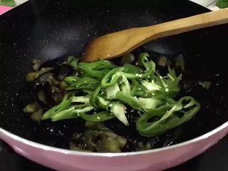 红烧茄子,加入切好的青椒丝入锅中
