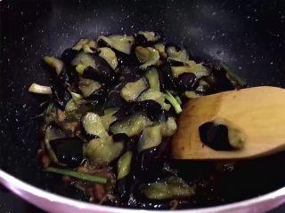 红烧茄子,将茄子放入锅中翻炒