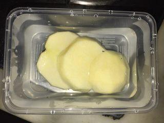藜麦蔬果虾仁沙拉,苹果去皮,切片泡盐水,避免变色
