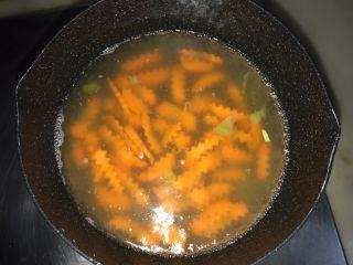藜麦蔬果虾仁沙拉,胡萝卜条放入焯水