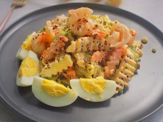 藜麦蔬果虾仁沙拉,所有蔬菜、苹果、藜麦加入沙拉酱拌匀即可