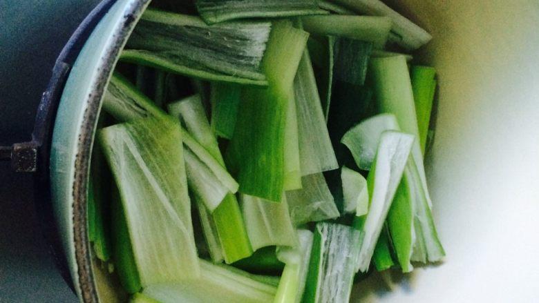 唯独好这口—葱香蚝油鸡翅,把大葱码在锅底。