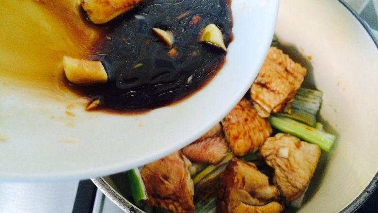 唯独好这口—葱香蚝油鸡翅,倒入一半腌制后的汤汁。